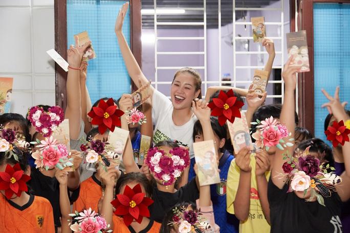 Hoa hậu Khánh Vân bật khóc khi thăm ngôi nhà an toàn cho trẻ em bị xâm hại - Ảnh 15.