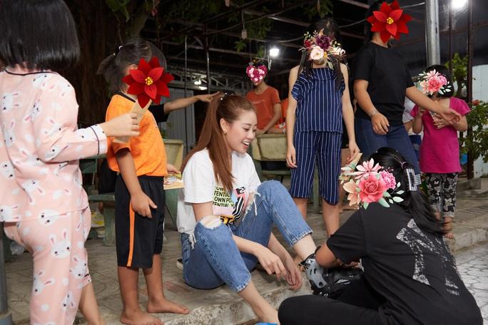 Hoa hậu Khánh Vân bật khóc khi thăm ngôi nhà an toàn cho trẻ em bị xâm hại - Ảnh 13.