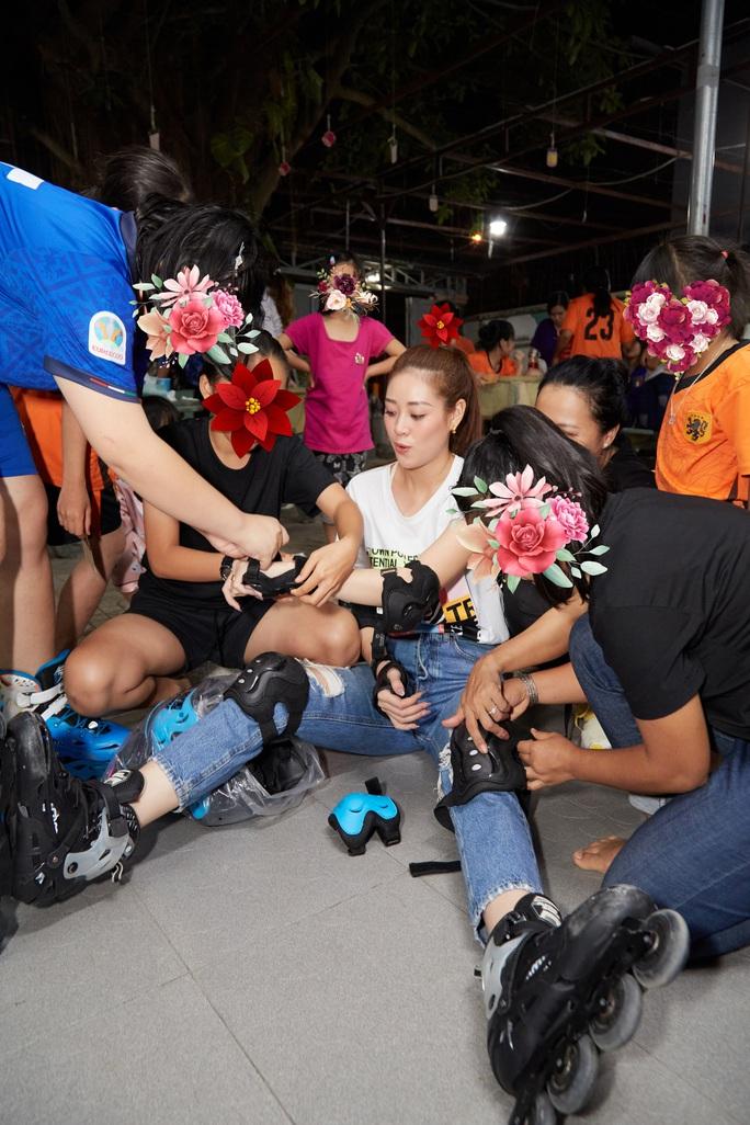 Hoa hậu Khánh Vân bật khóc khi thăm ngôi nhà an toàn cho trẻ em bị xâm hại - Ảnh 1.