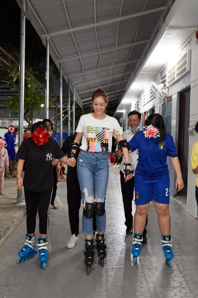 Hoa hậu Khánh Vân bật khóc khi thăm ngôi nhà an toàn cho trẻ em bị xâm hại - Ảnh 11.