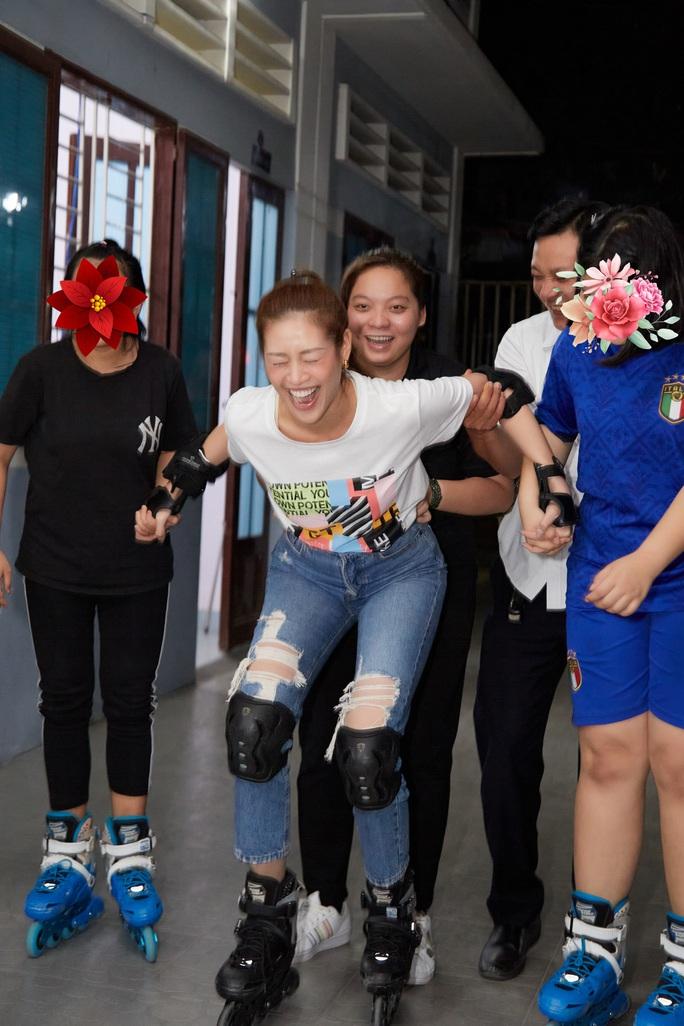 Hoa hậu Khánh Vân bật khóc khi thăm ngôi nhà an toàn cho trẻ em bị xâm hại - Ảnh 10.