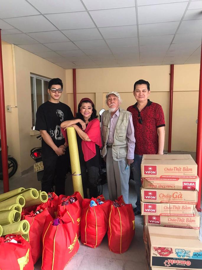 NSƯT Hữu Châu xúc động cùng Kỳ nữ Kim Cương trao quà tết cho nghệ sĩ nghèo - Ảnh 5.