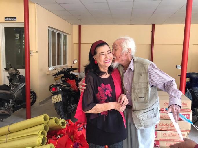 NSƯT Hữu Châu xúc động cùng Kỳ nữ Kim Cương trao quà tết cho nghệ sĩ nghèo - Ảnh 2.