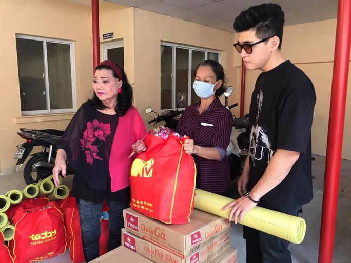NSƯT Hữu Châu xúc động cùng Kỳ nữ Kim Cương trao quà tết cho nghệ sĩ nghèo - Ảnh 7.