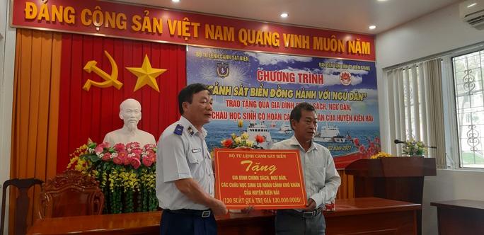 Báo Người Lao Động cùng Cảnh sát biển Việt Nam trao cờ Tổ quốc và quà Tết cho ngư dân Kiên Giang - Ảnh 3.