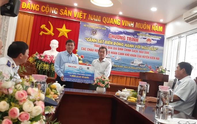 Báo Người Lao Động cùng Cảnh sát biển Việt Nam trao cờ Tổ quốc và quà Tết cho ngư dân Kiên Giang - Ảnh 1.