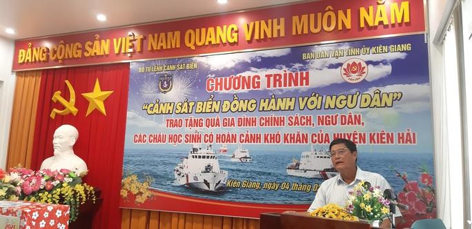 Báo Người Lao Động cùng Cảnh sát biển Việt Nam trao cờ Tổ quốc và quà Tết cho ngư dân Kiên Giang - Ảnh 2.