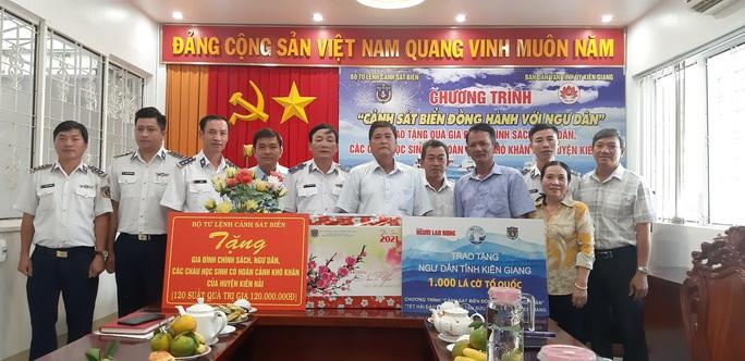 Báo Người Lao Động cùng Cảnh sát biển Việt Nam trao cờ Tổ quốc và quà Tết cho ngư dân Kiên Giang - Ảnh 4.