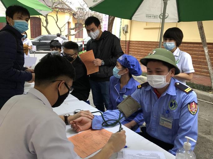 Nhiều chương trình hiến máu bị huỷ bởi Covid-19, hàng trăm y bác sĩ tham gia hiến máu - Ảnh 4.