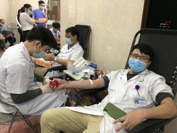 Nhiều chương trình hiến máu bị huỷ bởi Covid-19, hàng trăm y bác sĩ tham gia hiến máu - Ảnh 8.