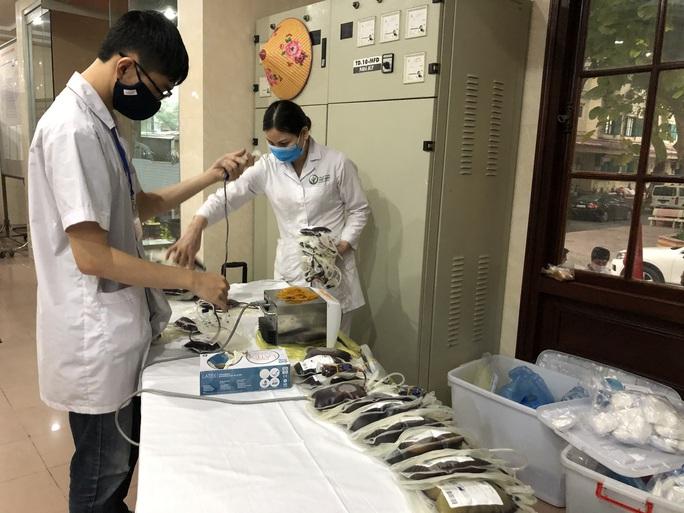 Nhiều chương trình hiến máu bị huỷ bởi Covid-19, hàng trăm y bác sĩ tham gia hiến máu - Ảnh 10.
