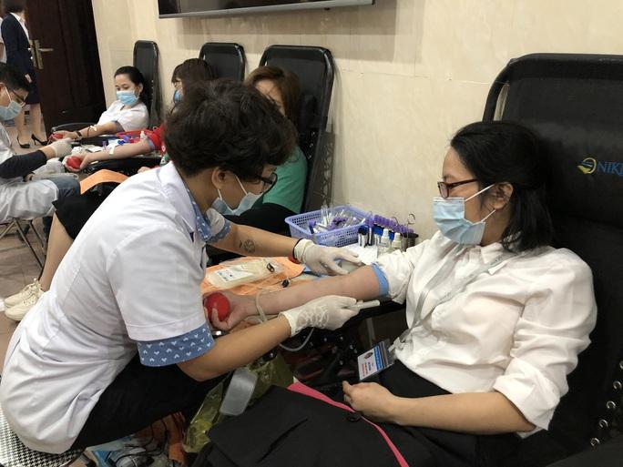 Nhiều chương trình hiến máu bị huỷ bởi Covid-19, hàng trăm y bác sĩ tham gia hiến máu - Ảnh 6.