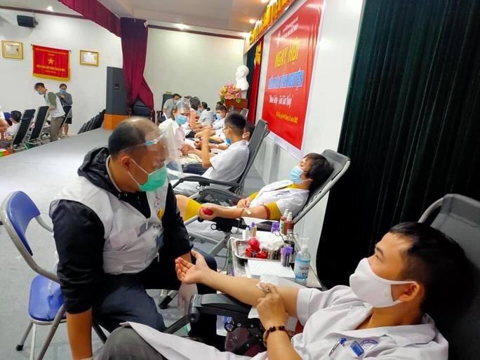 Nhiều chương trình hiến máu bị huỷ bởi Covid-19, hàng trăm y bác sĩ tham gia hiến máu - Ảnh 14.
