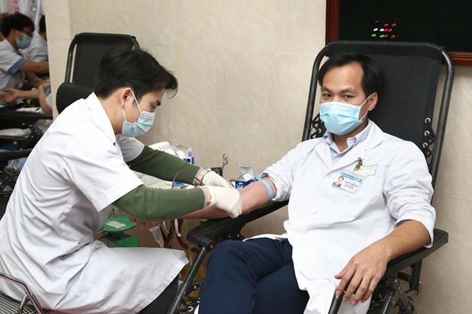 Nhiều chương trình hiến máu bị huỷ bởi Covid-19, hàng trăm y bác sĩ tham gia hiến máu - Ảnh 5.