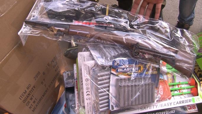 Hai cửa hàng bày bán gần 200 khẩu súng - Ảnh 2.