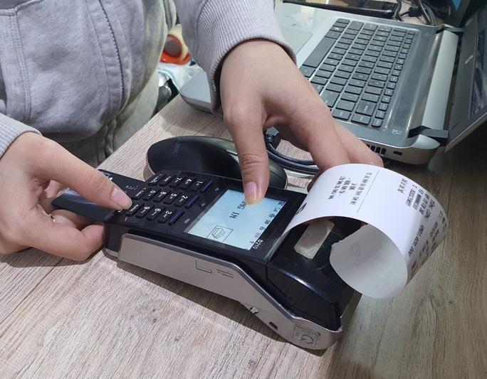 Mạo danh tin nhắn ngân hàng để lừa đảo gia tăng dịp cận Tết - Ảnh 1.
