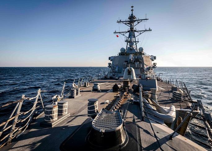 Tàu chiến Mỹ USS John S. McCain đi gần quần đảo Hoàng Sa - Ảnh 1.