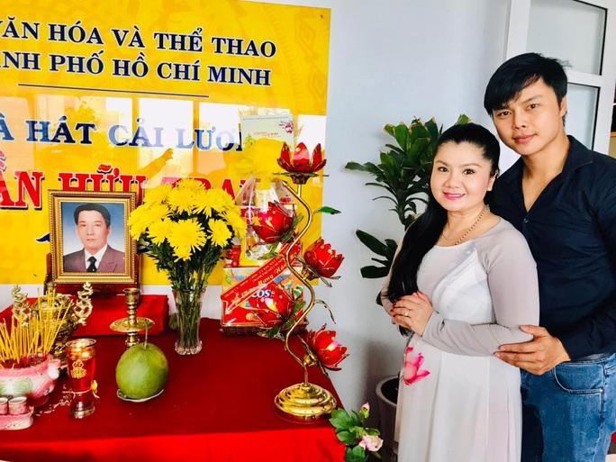 Nghệ sĩ tưởng nhớ soạn giả Trần Hữu Trang trong ngày giỗ - Ảnh 1.