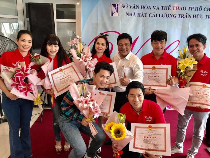Nghệ sĩ tưởng nhớ soạn giả Trần Hữu Trang trong ngày giỗ - Ảnh 2.