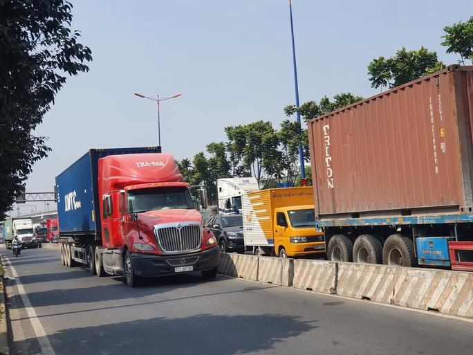 Ô tô, container bịt kín cửa ngõ phía đông vào TP - Ảnh 3.