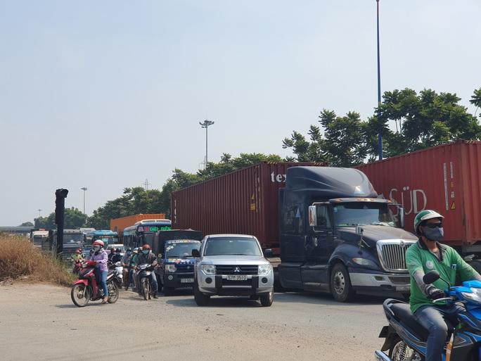 Ô tô, container bịt kín cửa ngõ phía đông vào TP - Ảnh 7.