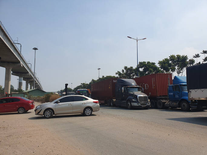 Ô tô, container bịt kín cửa ngõ phía đông vào TP - Ảnh 6.