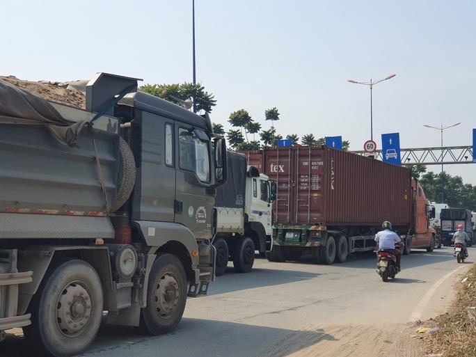 Ô tô, container bịt kín cửa ngõ phía đông vào TP - Ảnh 5.
