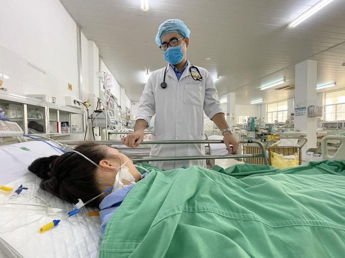Lọc máu liên tục 56 giờ cứu cô gái bị ong đốt phù 2 mi mắt - Ảnh 1.