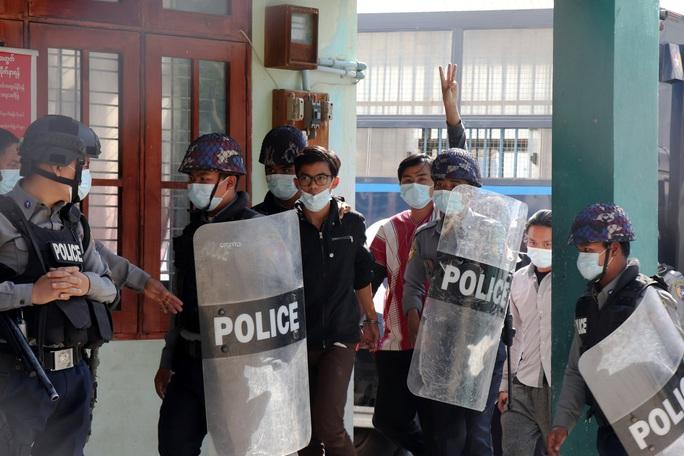 Quân đội Myanmar đối mặt sức ép gia tăng - Ảnh 1.