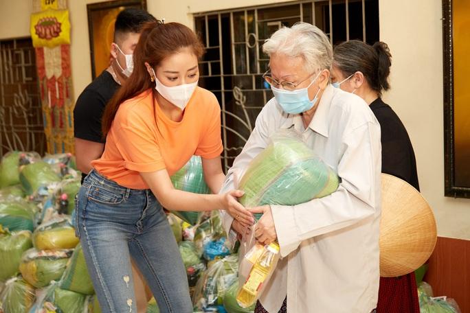 Clip Hoa hậu Khánh Vân tặng quà cho người dân khó khăn dịp Tết Tân Sửu - Ảnh 1.