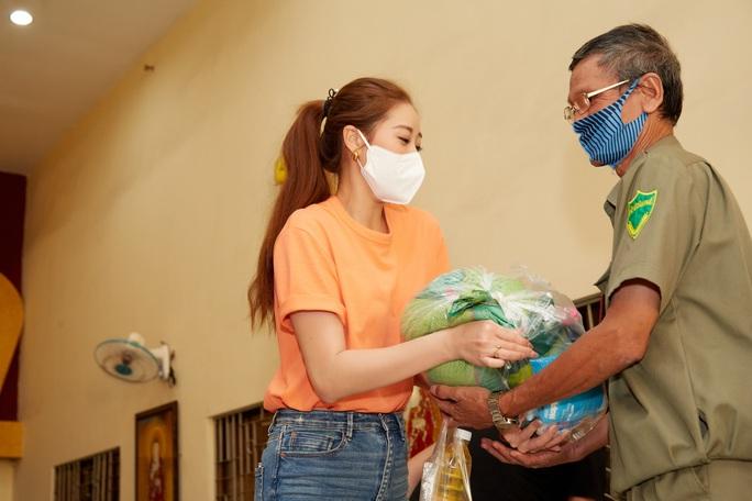 Clip Hoa hậu Khánh Vân tặng quà cho người dân khó khăn dịp Tết Tân Sửu - Ảnh 7.