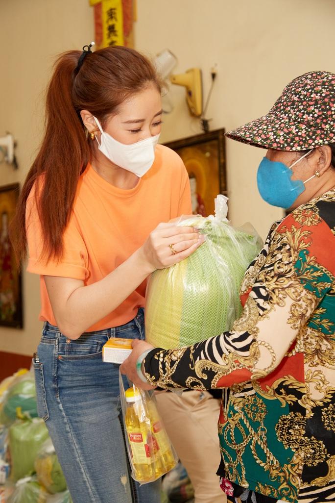 Clip Hoa hậu Khánh Vân tặng quà cho người dân khó khăn dịp Tết Tân Sửu - Ảnh 6.