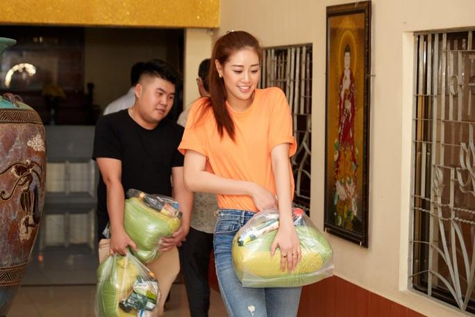 Clip Hoa hậu Khánh Vân tặng quà cho người dân khó khăn dịp Tết Tân Sửu - Ảnh 5.
