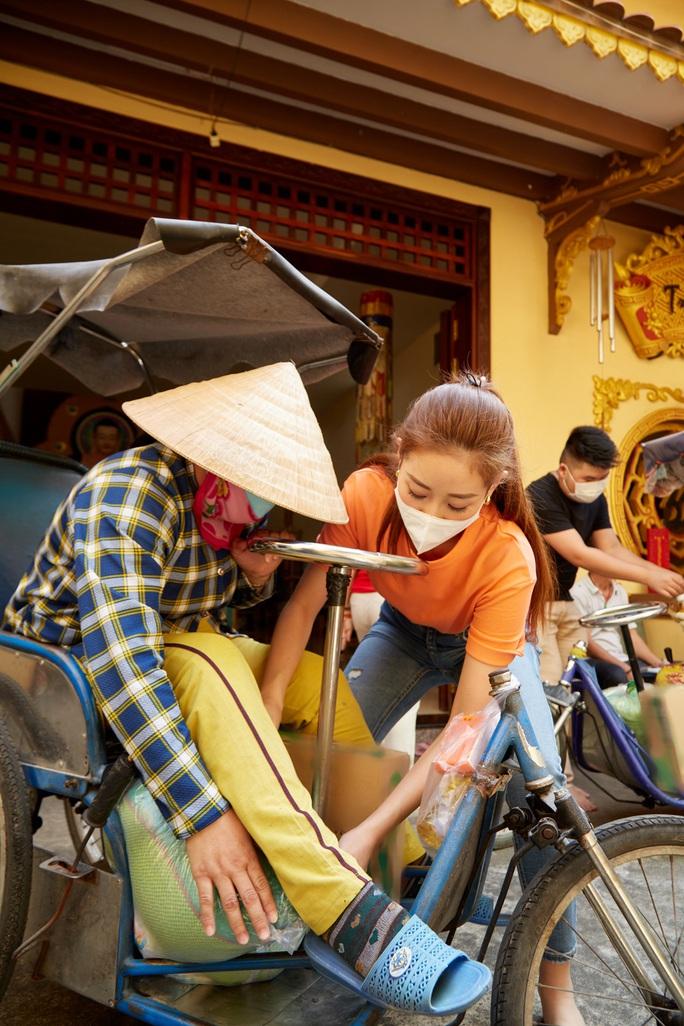 Clip Hoa hậu Khánh Vân tặng quà cho người dân khó khăn dịp Tết Tân Sửu - Ảnh 4.