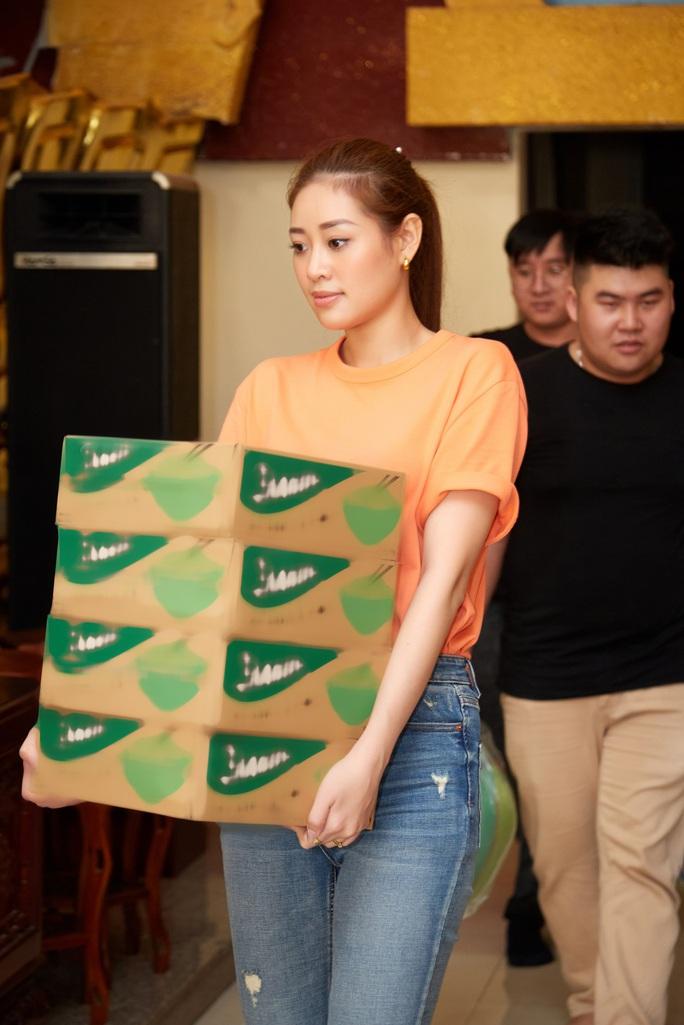 Clip Hoa hậu Khánh Vân tặng quà cho người dân khó khăn dịp Tết Tân Sửu - Ảnh 3.