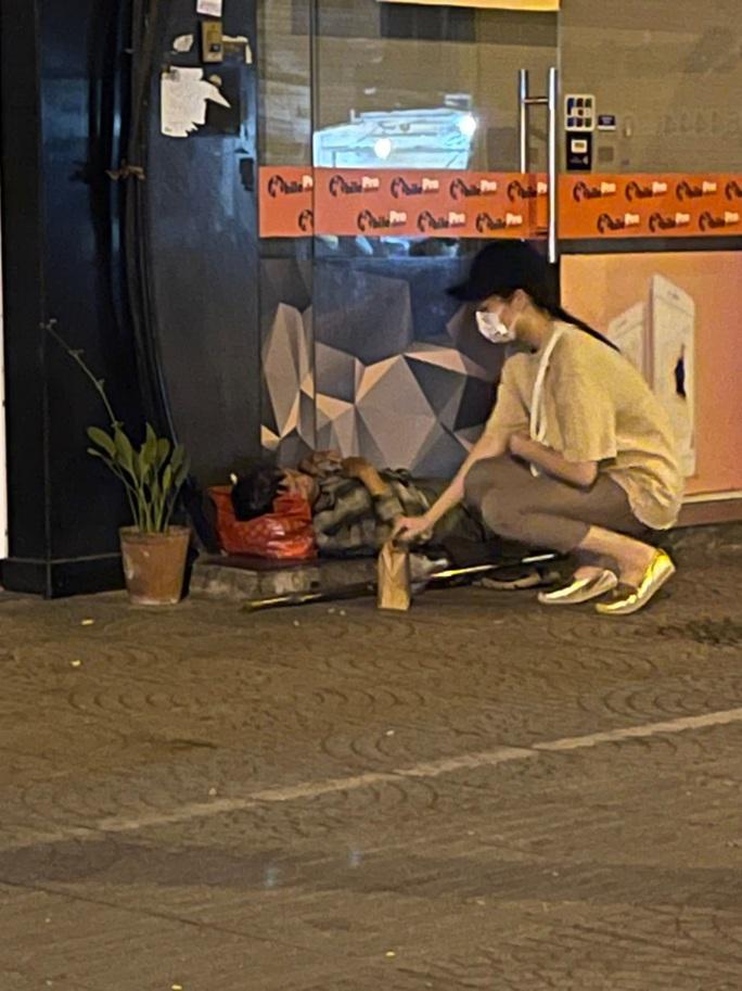 Bắt gặp hoa hậu Trần Tiểu Vy lang thang ngoài phố lúc nửa đêm và cái kết bất ngờ - Ảnh 16.