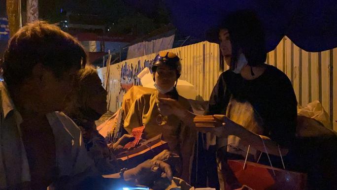 Bắt gặp hoa hậu Trần Tiểu Vy lang thang ngoài phố lúc nửa đêm và cái kết bất ngờ - Ảnh 10.