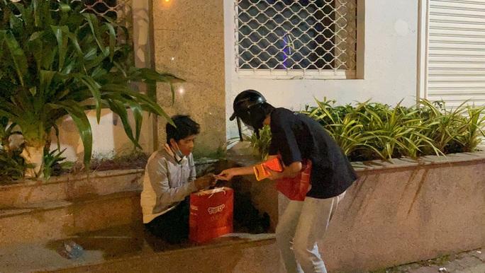 Bắt gặp hoa hậu Trần Tiểu Vy lang thang ngoài phố lúc nửa đêm và cái kết bất ngờ - Ảnh 9.