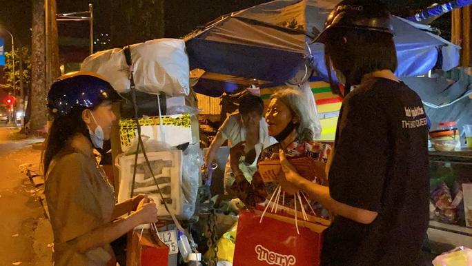 Bắt gặp hoa hậu Trần Tiểu Vy lang thang ngoài phố lúc nửa đêm và cái kết bất ngờ - Ảnh 8.