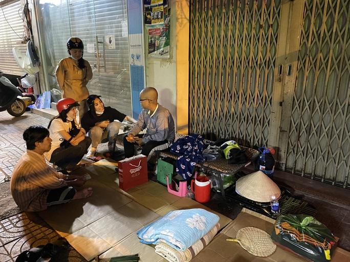 Bắt gặp hoa hậu Trần Tiểu Vy lang thang ngoài phố lúc nửa đêm và cái kết bất ngờ - Ảnh 1.