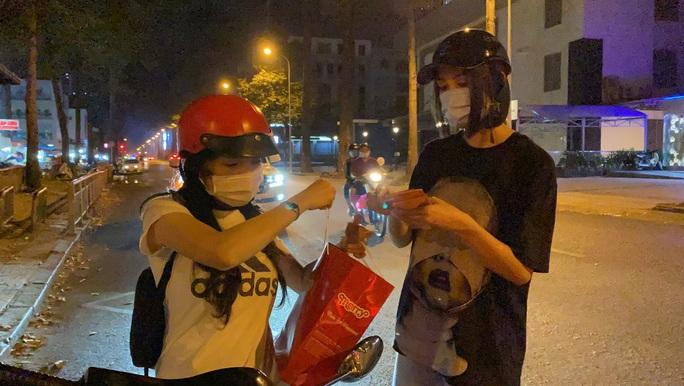 Bắt gặp hoa hậu Trần Tiểu Vy lang thang ngoài phố lúc nửa đêm và cái kết bất ngờ - Ảnh 4.