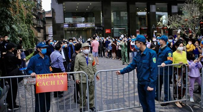 CLIP: Hàng trăm người dân chung cư cao cấp 88 Láng Hạ vỡ oà trong ngày được dỡ lệnh phong toả - Ảnh 2.