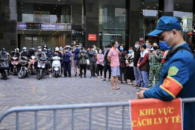CLIP: Hàng trăm người dân chung cư cao cấp 88 Láng Hạ vỡ oà trong ngày được dỡ lệnh phong toả - Ảnh 3.