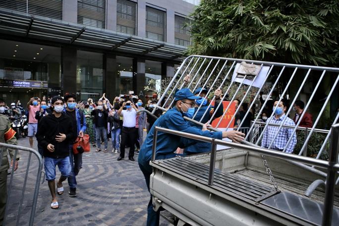 CLIP: Hàng trăm người dân chung cư cao cấp 88 Láng Hạ vỡ oà trong ngày được dỡ lệnh phong toả - Ảnh 7.