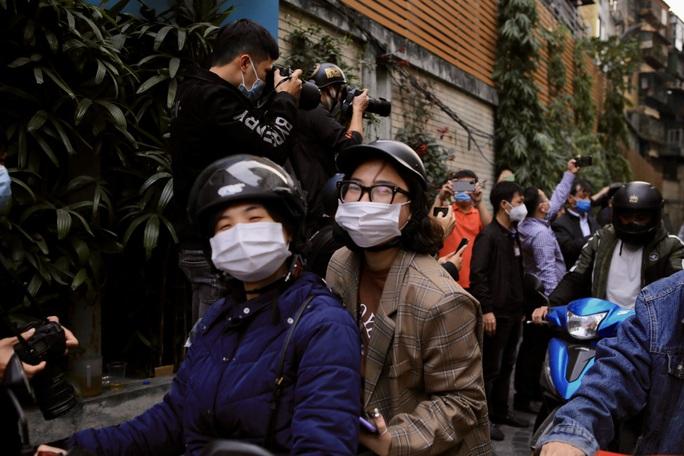 CLIP: Hàng trăm người dân chung cư cao cấp 88 Láng Hạ vỡ oà trong ngày được dỡ lệnh phong toả - Ảnh 11.