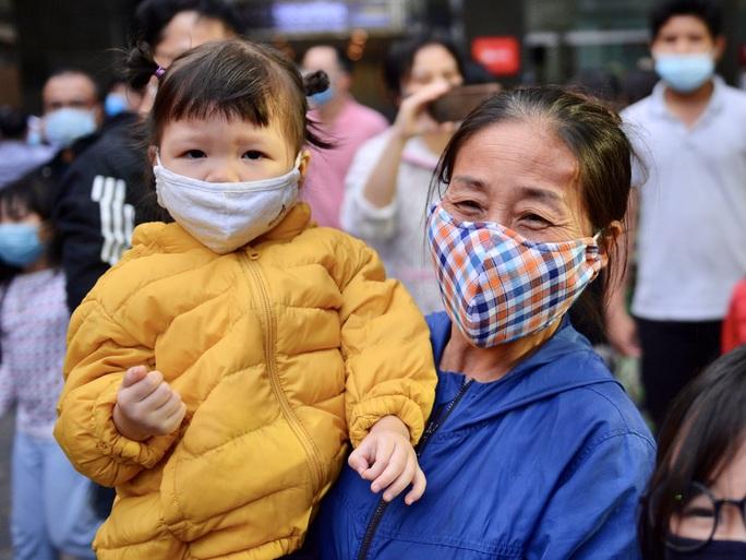 CLIP: Hàng trăm người dân chung cư cao cấp 88 Láng Hạ vỡ oà trong ngày được dỡ lệnh phong toả - Ảnh 13.