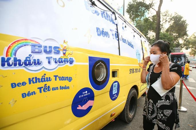Độc đáo xe bus phát khẩu trang miễn phí giữa trung tâm TP HCM - Ảnh 11.