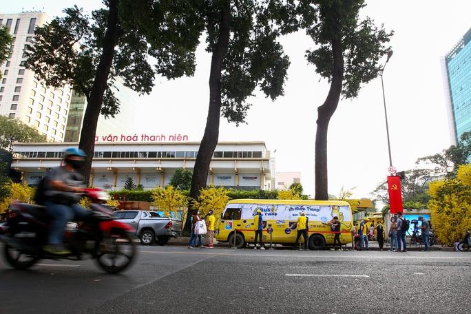 Độc đáo xe bus phát khẩu trang miễn phí giữa trung tâm TP HCM - Ảnh 10.