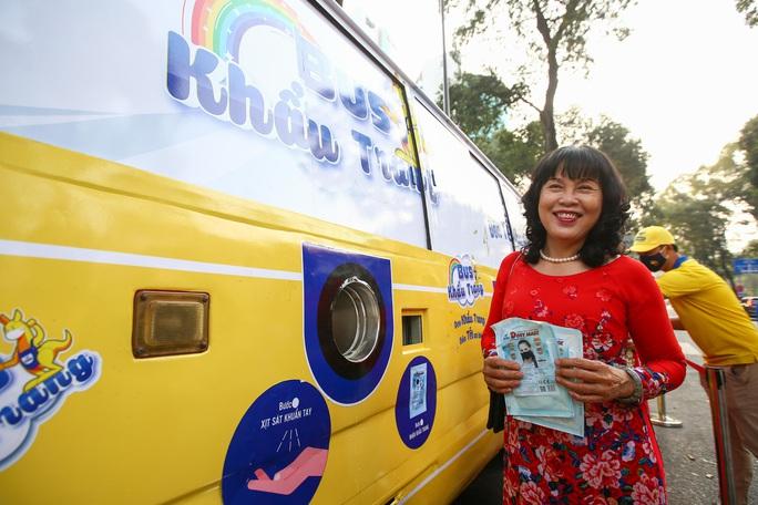 Độc đáo xe bus phát khẩu trang miễn phí giữa trung tâm TP HCM - Ảnh 7.