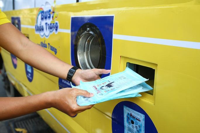 Độc đáo xe bus phát khẩu trang miễn phí giữa trung tâm TP HCM - Ảnh 5.